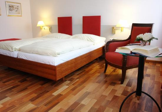 Sunnehus: Zimmer mit Doppelbett / Room with double bed
