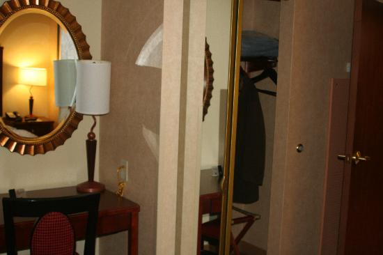 Embassy Suites Dallas Frisco: bedroom desk and closet