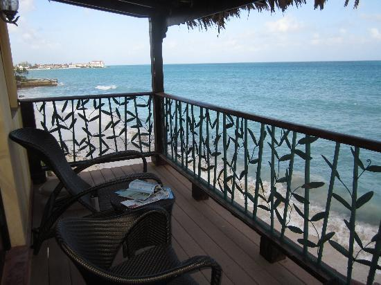 Marley Resort & Spa: patio next to the ocean