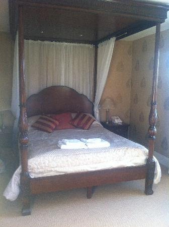 Sutton on the Forest, UK: Four Poster Bed