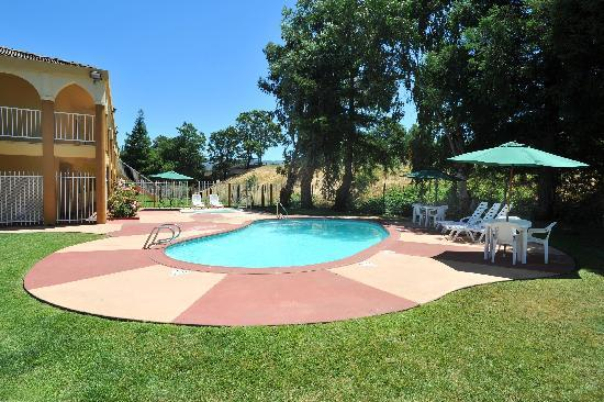 Super 8 Ukiah: Heated Spa & Pool