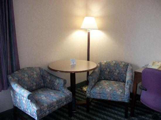 Comfort Inn Roanoke Airport : extra chairs and table