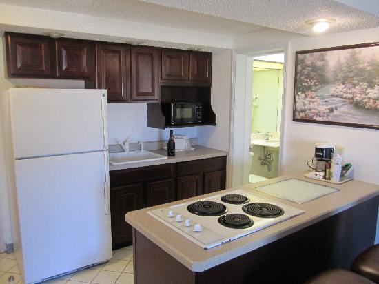 Quality Inn & Suites Albany Airport: Kitchenette in King Jacuzzi Suite