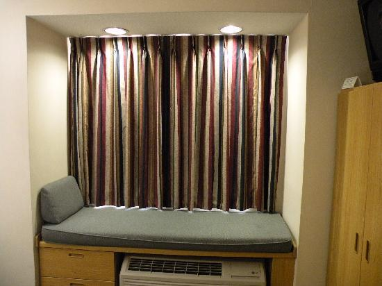 Microtel Inn by Wyndham Raleigh Durham Airport: BAY WINDOW BED