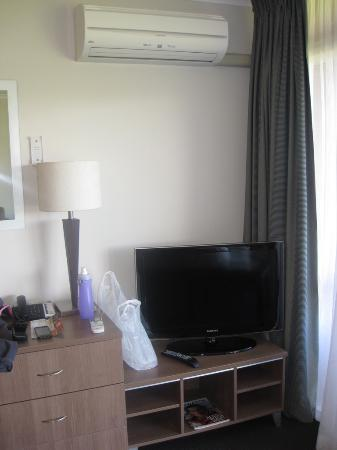Suncourt Hotel & Conference Centre: Wall AC and TV