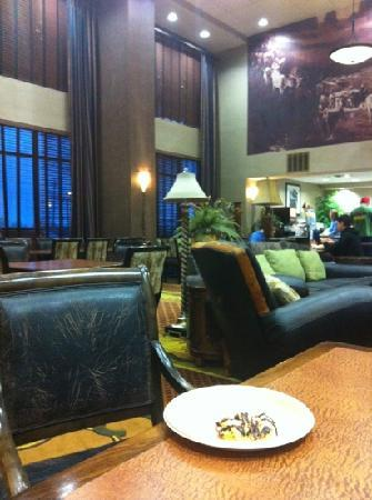 Hampton Inn and Suites- Dallas Allen: huge seating area at breakfast