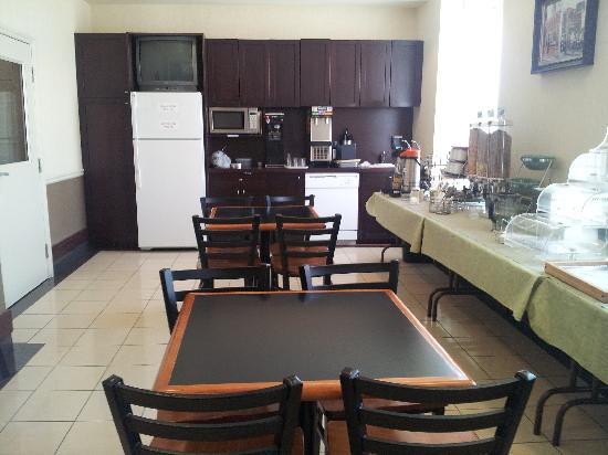 Quality Hotel Champlain Waterfront: Breakfast area