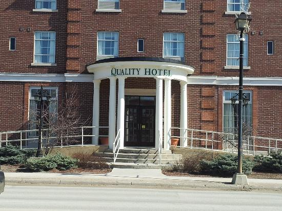 Quality Hotel Champlain Waterfront: Front View of Hotel