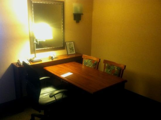 Embassy Suites Hotel San Francisco Airport (SFO) - Waterfront: Work desk in the Living Room
