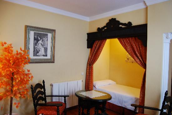 Hotel San Gabriel: Second bed in room