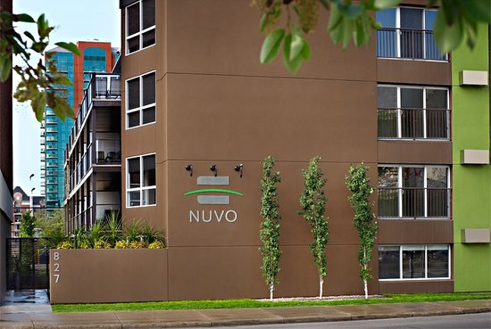 Nuvo Hotel Suites: The front of the hotel. There's a loading zone right in front us, which is by far the best place