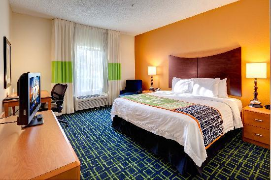 Fairfield Inn & Suites Ocala: Your king room is beautifully appointed