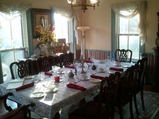 The Widow McCrea House Victorian Bed and Breakfast: Breakfast table