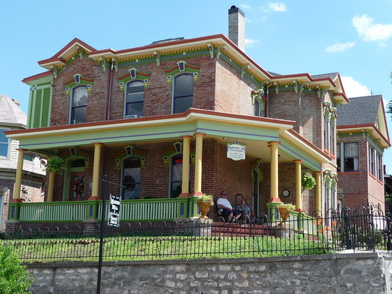 Museum Hill Bed and Breakfast: St. Joseph&#39;s Painted Lady
