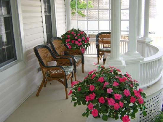 Accommodations Niagara Bed and Breakfast: Guest Veranda