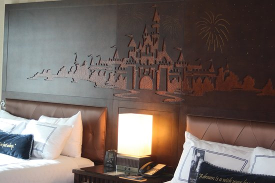 Disneyland Hotel: Headboard