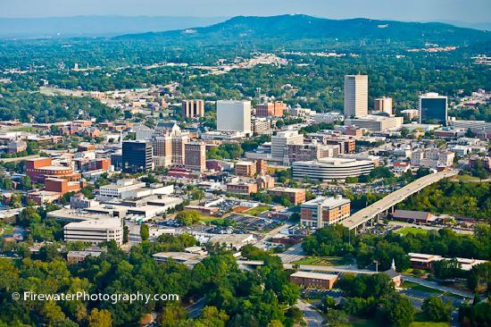 "Greenville, Carolina del Sud: ""Top Ten Downtowns in America"" nestled in foothills of the Blue Ridge Mountains"