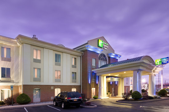Holiday Inn Express Hotel &amp; Suites Chambersburg: Entrance Dusk
