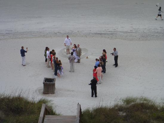 Quality Suites Oceanfront: Watching a wedding from the balcony!