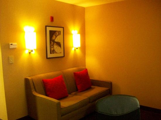 DoubleTree by Hilton Hotel Savannah Airport: Sitting area sofa bed facing flat screen tv