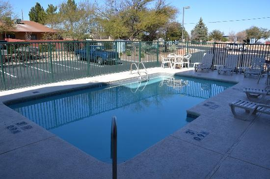 Comfort Inn &amp; Suites: Outdoor Pool with Sundeck