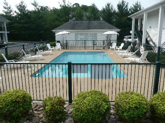 Quality Inn Johnson City: Seasonal Outdoor Pool