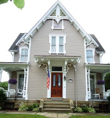 Sarah's House Victorian Bed & Breakfast: Two front porches with comfortable furnishings