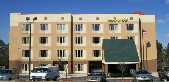 Fayetteville Inn And Suites: Hotel Exterior