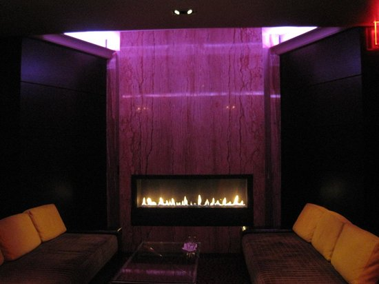 Sanctuary Hotel New York: Fireplace when coming out of the elevators