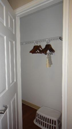 Candlewood Suites - Houston Park Row: Closet
