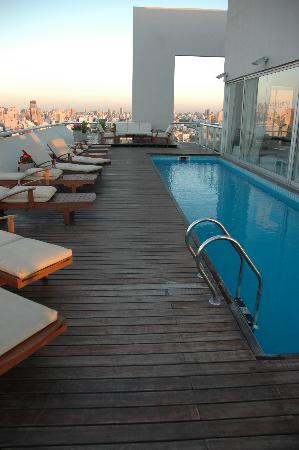 Hollywood Suites & Lofts: Pool in the 'lofts' building