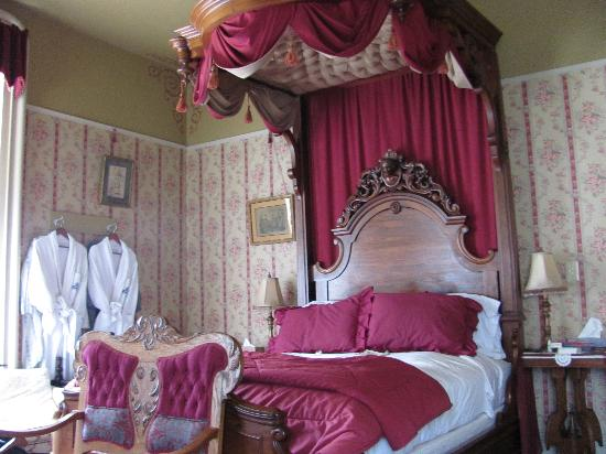 Garth Woodside Mansion Estate : Our beautiful comfy bed in Samuel Clemens. 
