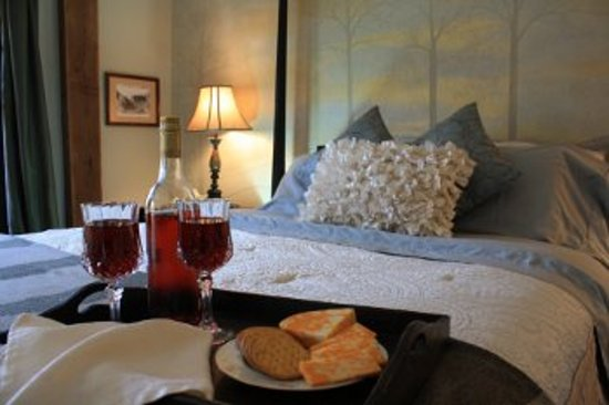 The Barn Inn Bed and Breakfast: Holmes Country Room