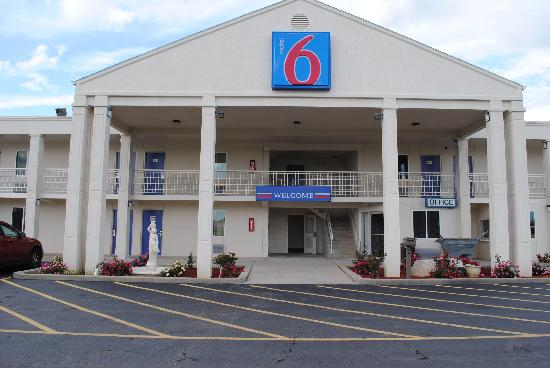 Motel 6 Martinsburg: Front Of Hotel