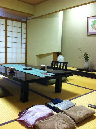 Miyukisou Hanamusubi: dining setting in the room