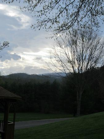 Highland Manor Inn & Conference Center: The mountain vista from our room was just beautiful.