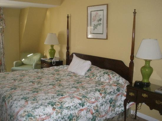 Roslyn Claremont Hotel: My bedroom, on the street side of Hotel