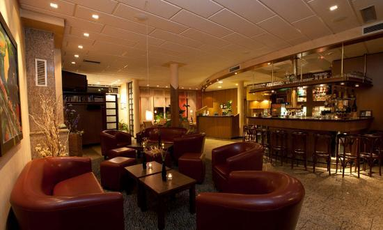 Hotel Merkur: Bar and Lobby