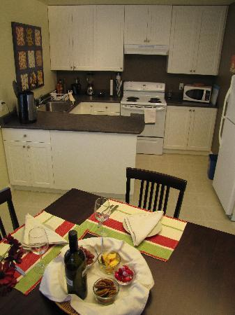Pacific Heights Vacation Suite: Fully Equipped Kitchen