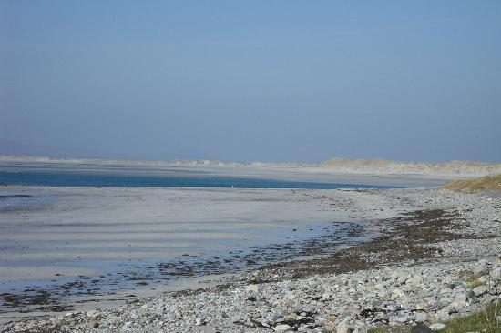 Ceann na Pairc Guest House: nearby beach with views to North Uist and St Kilda.