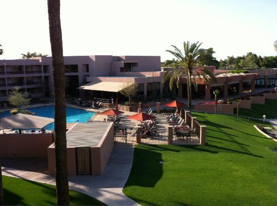 Millennium Scottsdale Resort &amp; Villas: Pool &amp; restaurant area