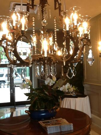 Wyndham Riverfront New Orleans: Lobby with lovely orchids