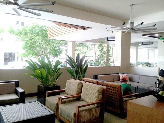 Hyatt Place Waikiki Beach: Open Lounge area to the street