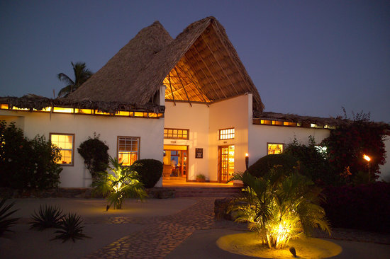 Jaguar Reef Lodge and Spa: Main lodge building at night