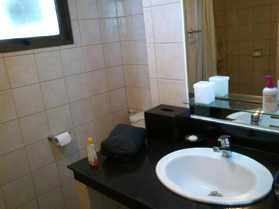 Aston Rasuna: Bathroom