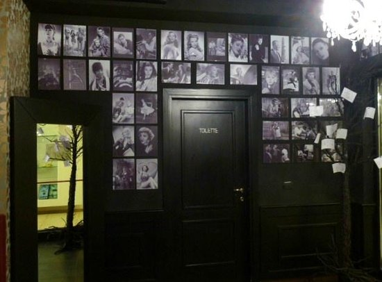Grand Hotel Paradiso: Film stars on the wall.