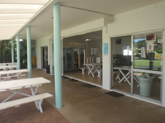 Absolute Backpackers Mission Beach: open plan dining area
