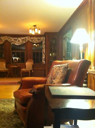 Blackberry River Inn: Library area with a huge fireplace with home baked goods each afternoon
