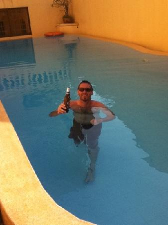 An Hoi Hotel: cooling off with a Beer in The Pool.