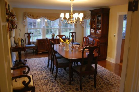 Pilgrim&#39;s Way Bed and Breakfast: Dining room where breakfast is served to start your day
